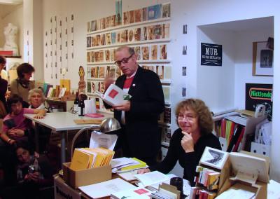 Lecture de Lucien Suel, en compagnie de Josiane Suel, lors du lancement de son poster, le 7 novembre 2009, Librairie Le lièvre de mars, Marseille