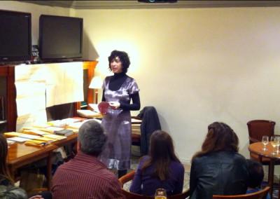 Lecture de Chantal Neveu lors du lancement des posters de Chantal Neveu et Éric Giraud à la Brasserie Jacques, Marseille, avec la librairie histoire de l'œil et en partenariat avec Autres & Pareils, 6 novembre 2010
