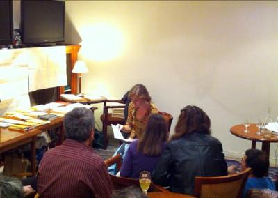 Lecture de Dorothée Volut à l'occasion de la sortie de son livre <i>Scènes extérieures</i> aux éditions Contre-Pied, lors du lancement des posters de Chantal Neveu et Éric Giraud à la Brasserie Jacques, Marseille, avec la librairie histoire de l'œil et en partenariat avec Autres & Pareils, 6 novembre 2010
