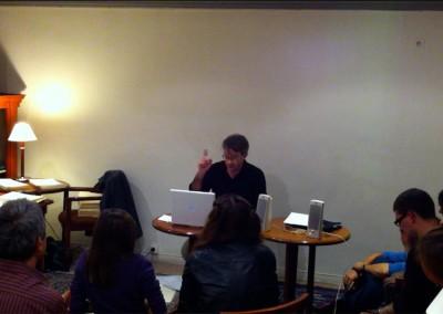 Lecture de Éric Giraud lors du lancement des posters de Chantal Neveu et Éric Giraud à la Brasserie Jacques, Marseille, avec la librairie histoire de l'œil et en partenariat avec Autres & Pareils, 6 novembre 2010