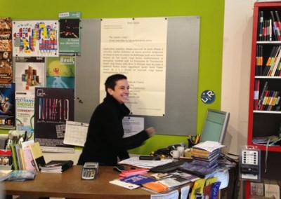 Lancement des posters de Marie-Luce Ruffieux et de Dominique Meens et exposition des posters - Librairie histoire de l'œil, Marseille, 1er décembre 2012.<br /> Poster : Dominique Meens<br />La libraire : Nadia Champesme