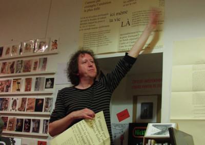 Lecture de Ian Monk, lors du lancement des posters de Dorothée Volut et Ian Monk, librairie Le lièvre de mars, Marseille, 19 novembre 2011.