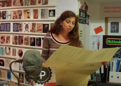 Lecture de Dorothée Volut, lors du lancement des posters de Dorothée Volut et Ian Monk, librairie Le lièvre de mars, Marseille, 19 novembre 2011.
