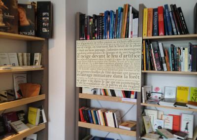 Présentation des posters de Contre-mur à la librairie Point d'encrage à Lyon, 26 avril 2013, avec une lecture de Marie-Luce Ruffieux.<br />Poster : <i>Il neige devant le feu d'artifice</i> de Marie-Luce Ruffieux