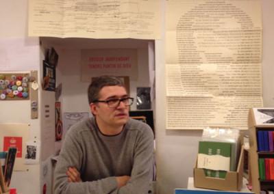 Présentation de la soirée par Nicolas Tardy, lors du lancement des posters de Alain Cressan et de Pierre Ménard samedi 15 novembre 2014 à la Librairie Le Lièvre de Mars, à Marseille.