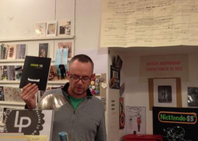 Présentation de la revue <i>Ligne 13</i> par Alain Cressan, lors du lancement des posters de Alain Cressan et de Pierre Ménard samedi 15 novembre 2014 à la Librairie Le Lièvre de Mars, à Marseille.