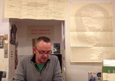 Lecture d'Alain Cressan, lors du lancement des posters de Alain Cressan et de Pierre Ménard samedi 15 novembre 2014 à la Librairie Le Lièvre de Mars, à Marseille.