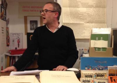 Lecture de Pierre Ménard, lors du lancement des posters de Alain Cressan et de Pierre Ménard samedi 15 novembre 2014 à la Librairie Le Lièvre de Mars, à Marseille.